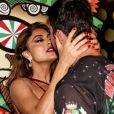 Juliana Paes trocou beijos com o marido, Carlos Eduardo Baptista, na quadra da Grande Rio