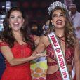 Paloma Bernardi passou a coroa de rainha de bateria para Juliana Paes
