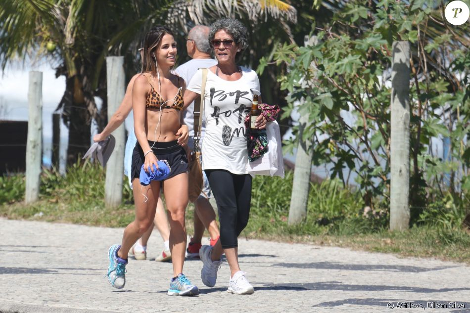 Pérola Faria exibiu a boa forma ao caminhar, de biquíni, com a mãe, Ana Lúcia, pela orla da Barra da Tijuca, no Rio