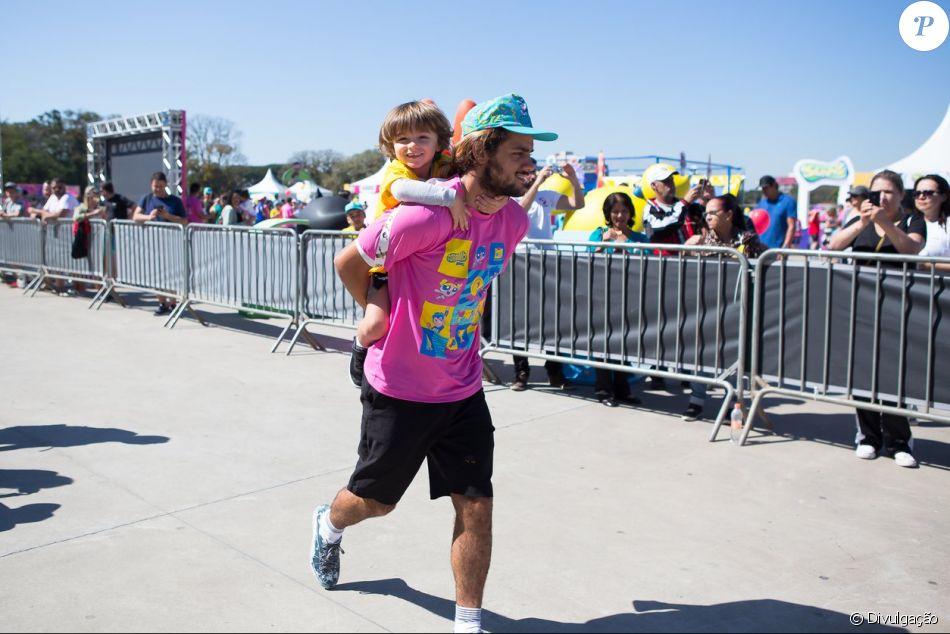 Felipe Simas participou de corrida com filho, Joaquim, de 3 anos, em São Paulo