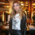 Sasha Meneghel completou o look cheio de atitude com t-shirt estampada