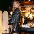 Sasha Meneghel caprichou no visual rock'n'roll com jaqueta e saia de couro com tachas