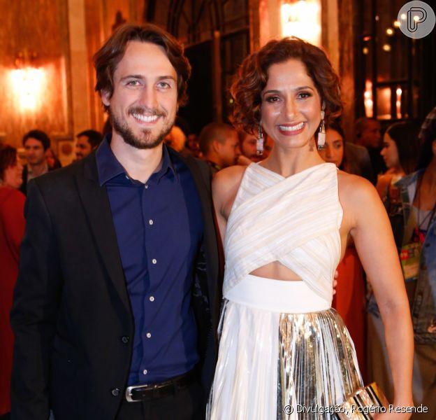 Camila Pitanga e Igor Angelkorte posam para foto no Grande Prêmio do Cinema Brasileiro, em 5 de agosto de 2017