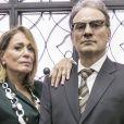 Amaral (Marco Ricca) avisa Cora (Susana Vieira) do acidente do filho dela, Vitor (Daniel de Oliveira), no último capítulo de 'Os Dias Eram Assim'