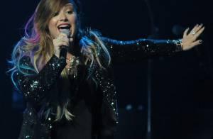Demi Lovato faz show em São Paulo e surpreende com vídeo de sua carreira