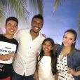 Larissa Manoela encontra Thomaz Costa em festa e fãs criticam ex: 'Só quer fama'