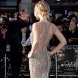 Além da transparência, o vestido de Jennifer Lawrence contava com grande decote nas costas