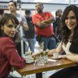 Irene (Debora Falabella) contará com a ajuda da amiga Mira (Maria Clara Spinelli) para comprar uma barriga falsa