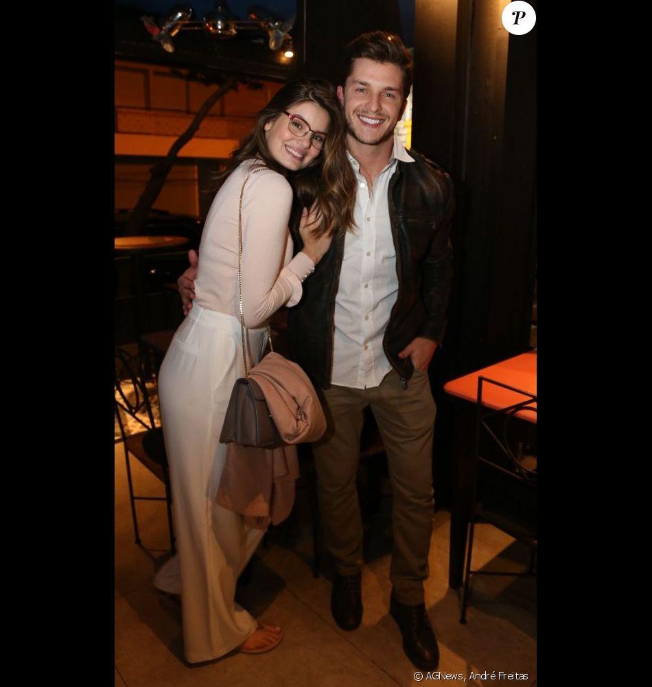 Camila Queiroz e Klebber Toledo ficaram noivos em junho de 2017. A atriz, que está no ar em 'Pega Pega', quer casar em meio à natureza