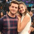Camila Queiroz conta que agenda corrida do casal atrapalha na hora de fazer planos para o casamento: 'Ainda não temos data'