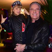 Roberto Justus baba ao filmar a filha, Rafaella, cantando: 'Talentosa'