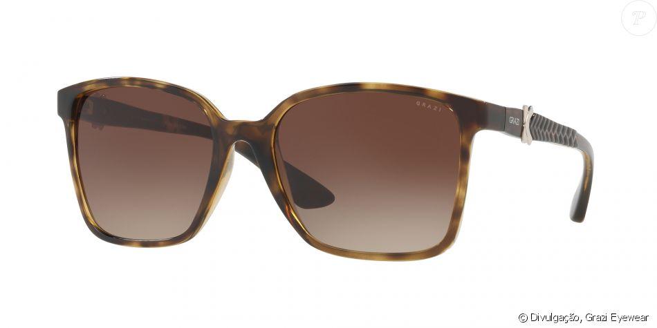 O modelo de óculos solar, no valor de R  300, traz formato inspirado pelos  anos 70, bastante clássico e feminino. Na lateral, o trançado lembra as  bolsas ... d22a61a7a3