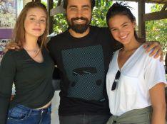 Bruna Marquezine e Marina Ruy Barbosa posam com ator em encontro para novela