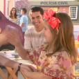 Dulce Maria (Lorena Queiroz) se diverte com Cecília (Bia Arantes) e Gustavo (Carlo Porto) em almoço na praça e diz que a mulher poderia se casar com seu pai. Verônica (Elisa Brites) observa os três de longe, no capítulo que vai ao ar quinta-feira, dia 21 de setembro de 2017, na novela 'Carinha de Anjo'