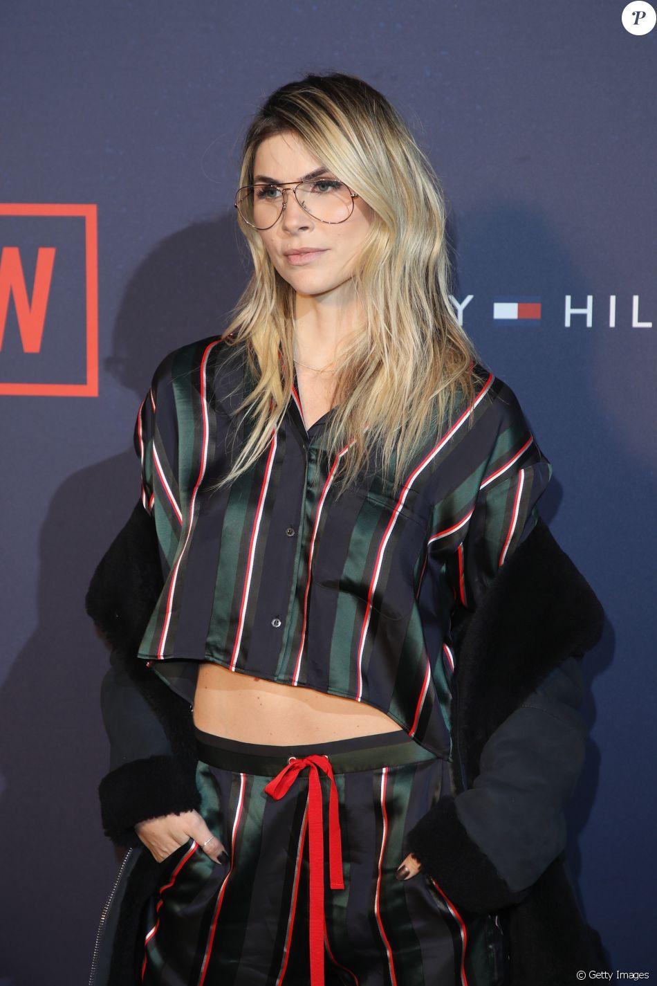 Julia Faria investiu na tendência dos óculos de lentes transparentes para o  desfile da Tommy Hilfiger 8e2019ae27