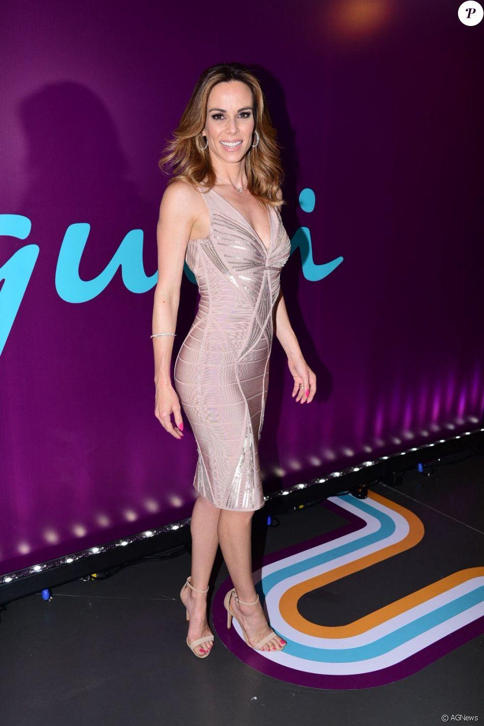 6c74355c85ecd A apresentadora do  É de Casa  apostou em um vestido nude e bandage ...