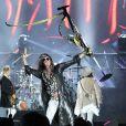 'Dude Looks Like a Lady', 'Walk this way', 'Crazy', 'Living on The Edge', também agitaram os fãs da banda Aerosmith