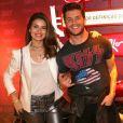 Camila Queiroz vestiu blazer enquanto o noivo, Klebber Toledo, apostou em camisa de banda para o Rock in Rio desta quinta-feira, 21 de setembro de 2017