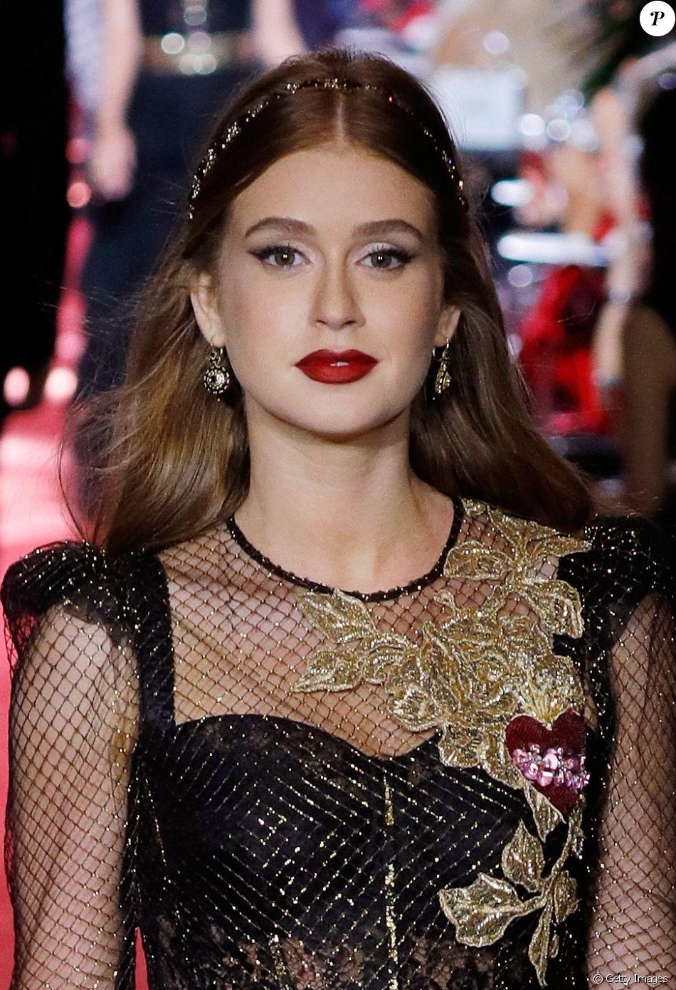 6940a485d3dab Marina Ruy Barbosa desfila pela Dolce  amp  Gabbana na Semana de Moda de  Mião,
