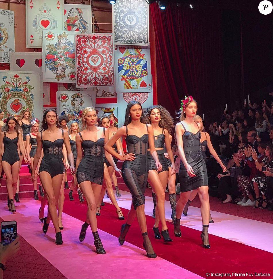 a7033b6c5edc2 Marina Ruy Barbosa faz foto das modelos na passarela durante desfile da grife  Dolce   Gabbana