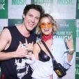 Barbara França usou pochete divertida em look moderno com bandana no pescoço e óculos colorido no Rock in Rio