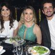 Fernanda Gentil e Priscila Montandon estavam acompanhadas de Felipe Andreoli no Prêmio Comunique-se