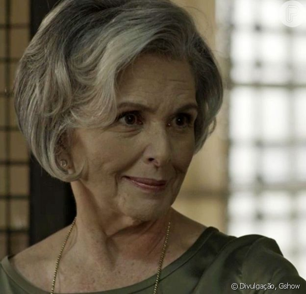 Sabine (Irene Ravache) compra um quiosque para dar a Dílson (Ícaro Silva), na novela 'Pega Pega', em 2 de outubro de 2017