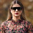 Thássia Naves completou o visual com óculos escuros e batom vermelho