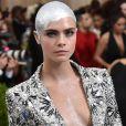 No MET Gala 2017, também em maio, Cara Delevingne cobriu a cabeça raspada com tinta prateada e cristais