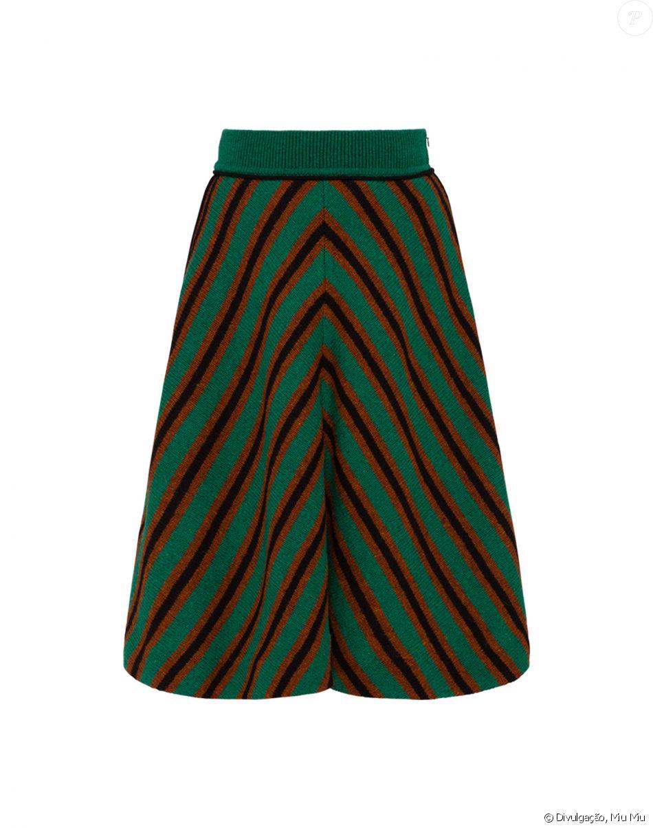 6b4f78533b1f9 Assim como o cardigã, a saia listrada Miu Miu é feita de lã e custa € 790,  ou R  2.950