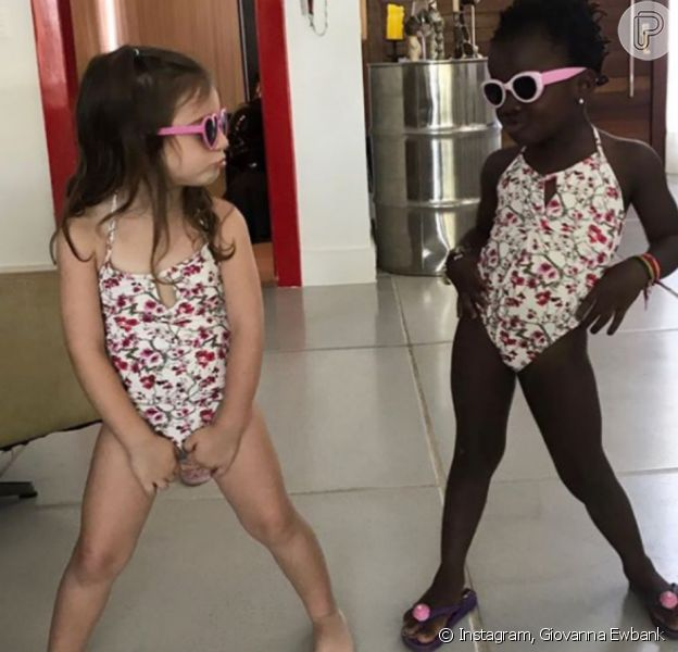 Títi posa de maiô com amiga e a mãe, Giovanna Ewbank, brinca em legenda nesta quinta-feira, dia 05 de outubro de 2017