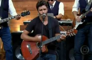 Thiago Rodrigues canta e ganha declaração de fã: 'Foi o meu primeiro amor'