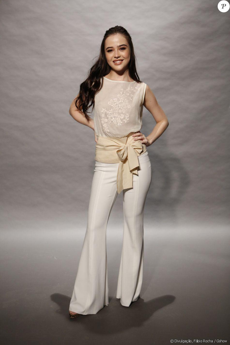 5ec887ee0 Bella Piero combinou a blusa de tecido fino bege com calça flare branca  para o lançamento de 'O Outro Lado do Paraíso', próxima novela das nove da  TV Globo