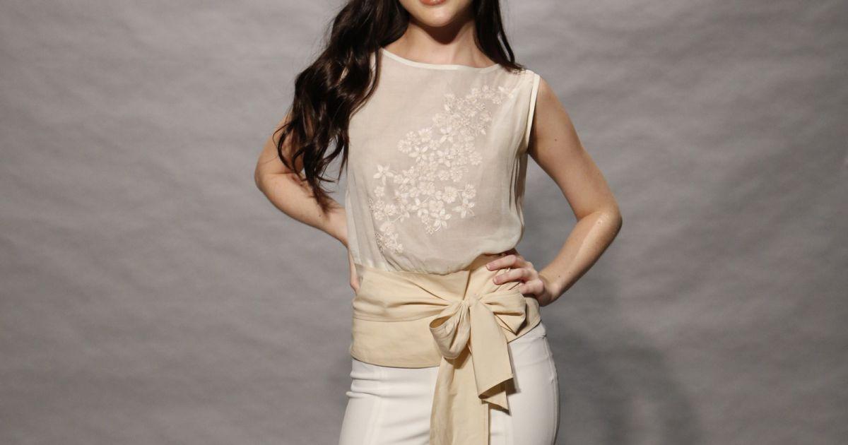 50754cf05 Bella Piero combinou a blusa de tecido fino bege com calça flare branca  para o lançamento de 'O Outro Lado do Paraíso', próxima novela das nove da  TV Globo ...