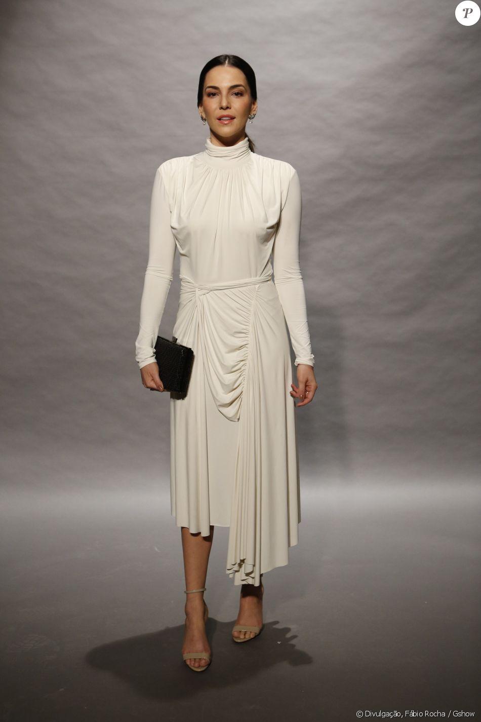 7d39fcc27 Tainá Müller complementou o vestido da grife Egrey com sandálias nude e  clutch preta para o