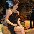 A fenda do vestido valorizou as pernas da atriz Bianca Bin