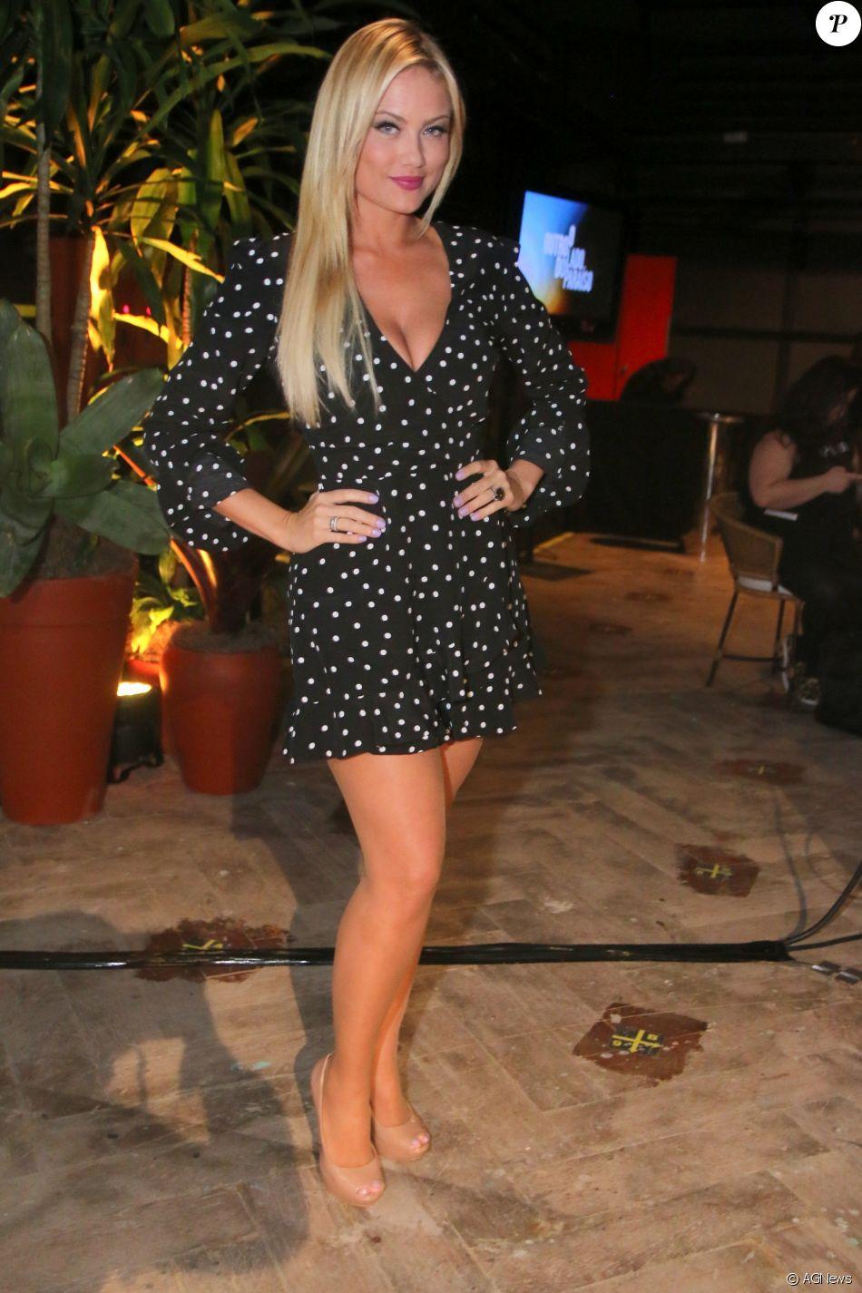 f9a37bbc46 Ellen Rocche combinou o vestido com estampa de poá com sapato nude ...