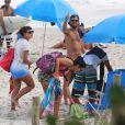 Paulinho Vilhena e Fabíula Nascimento foram visto juntos, nesta sexta-feira, 2 de maio de 2014, na Prainha,  no Recreio dos Bandeirantes, Zona Oeste do Rio de Janeiro,  aproveitando o dia de sol com um grupo de amigos