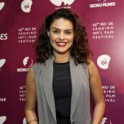 Paloma Bernardi exibe novo visual, com os fios curtos e claros, em festival