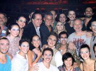 Chico Buarque prestigia 'O Grande Circo Místico' e é tietado pelo elenco da peça