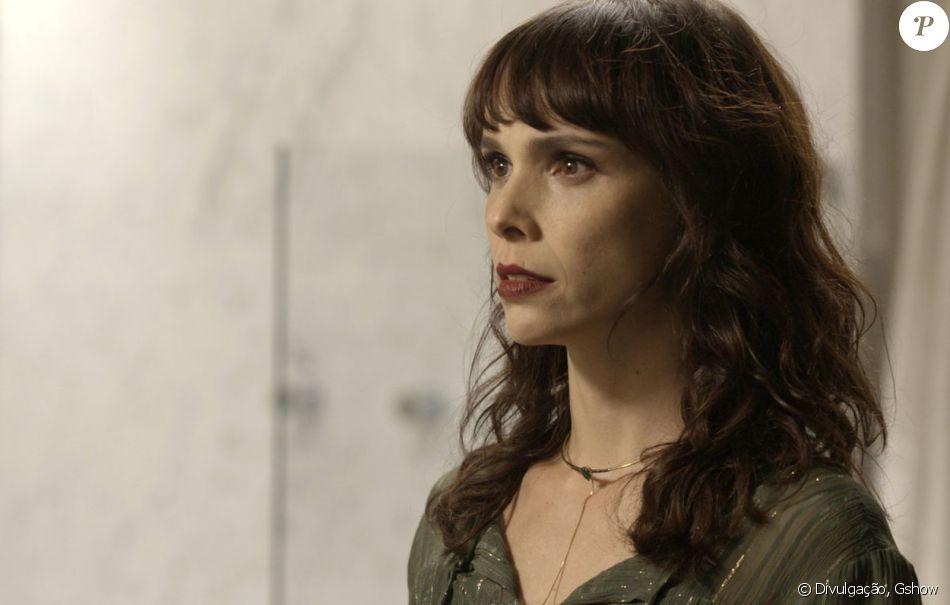 Irene (Débora Falabella) recebe intimação após ser denunciada por Joyce (Maria Fernanda Cândido), em 14 de outubro de 2017, na novela 'A Força do Querer'