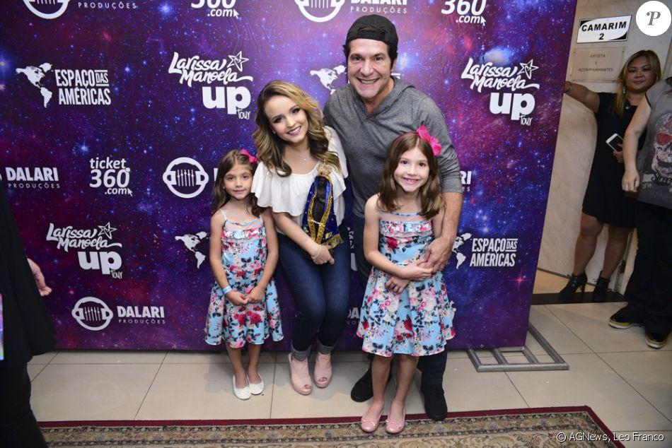 c42ca7d303630 Larissa Manoela recebe Daniel e as filhas, Lara e Luiza, nos bastidores do  show