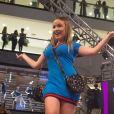 Larissa Manoela apostou em um look azul para desfilar no evento de moda
