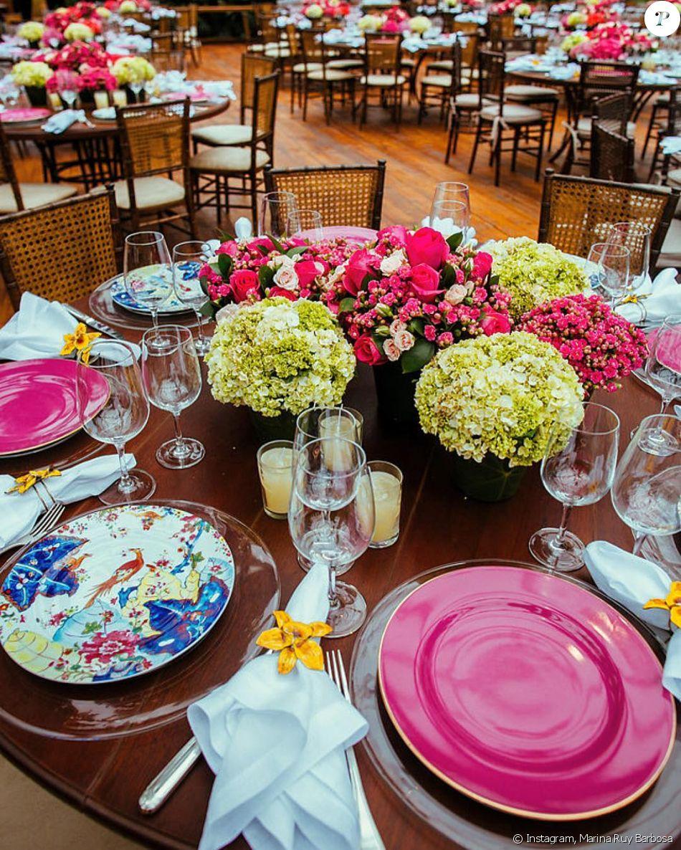 A mesa da festa casamento de Marina Ruy Barbosa foi decorada com arranjos de flores, louça desenvolvida especialmente para a ocasião, e contou ainda com braceletes de orquídea como porta-guardanapo