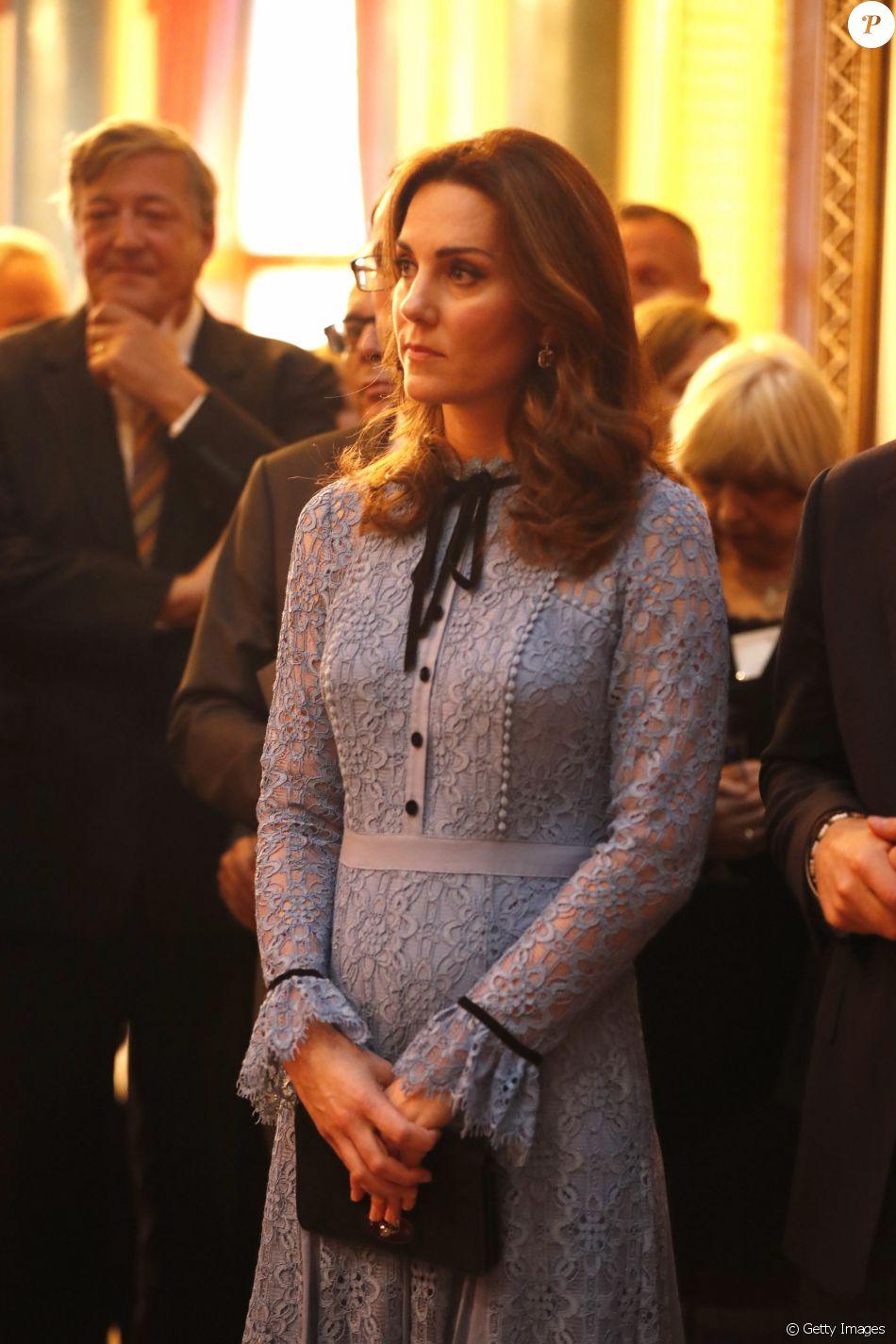 Kate Middleton exibe barriga de gravidez de terciero filho com Príncipe William em evento da família real realizado nesta terça-feira, dia 10 de outubro de 2017, em Londres, na Inglaterra