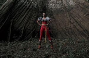 Anitta leva tombo em gravação de novo clipe na Amazônia: 'Só uma quedinha'