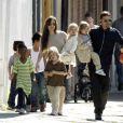 Angelina Jolie quis uma família grande e a construiu ao lado de Brad Pitt. A atriz é mãe de Maddox, de 12 anos; Pax, de 10; Zahara, de 8; Shiloh, 7; e os gêmeos Knox Léon e Vivienne Marcheline, de 5 anos. 'Nunca imaginei minha vida como é hoje. Eu nunca pensei que ia ter filhos'