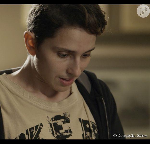 Ivan (Carol Duarte) se imagina com barrigão de grávido durante conversa com Nonato (Silvero Pereira), na novela 'A Força do Querer', em 12 de outubro de 2017