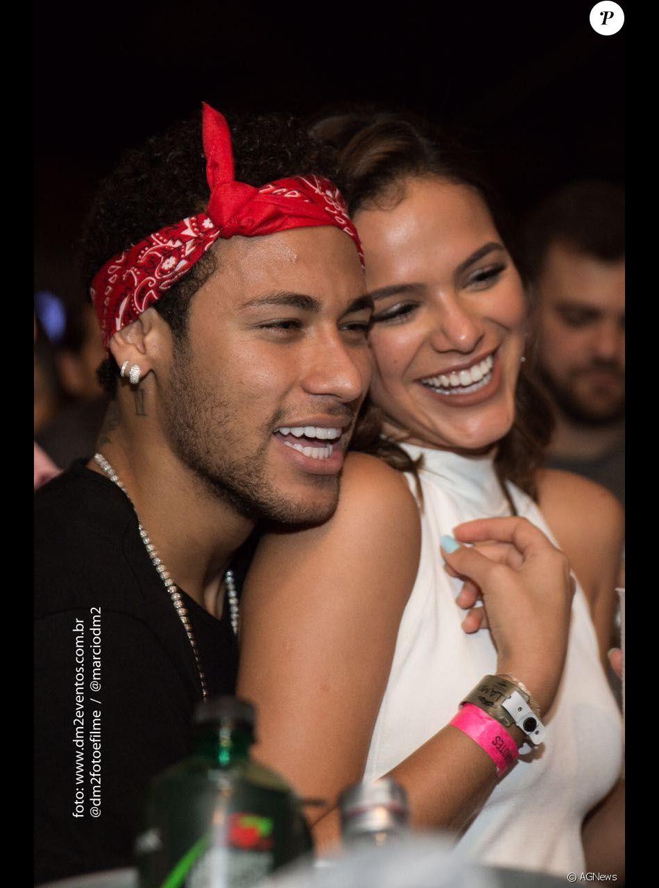 Neymar e Bruna Marquezine postam a mesma música e fãs citam indireta. Situação aconteceu nesta quinta-feira, 12 de outubro de 2017