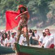 Os looks coloridos de Anitta no clipe 'Is That For Me' dividiram opiniões nas redes sociais